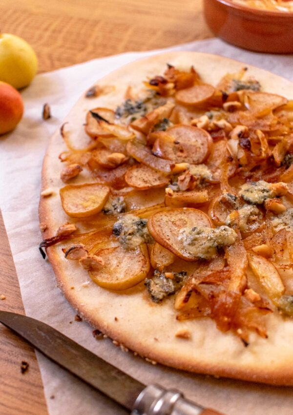 Bambinella flatbread with blue cheese and caramelised onions